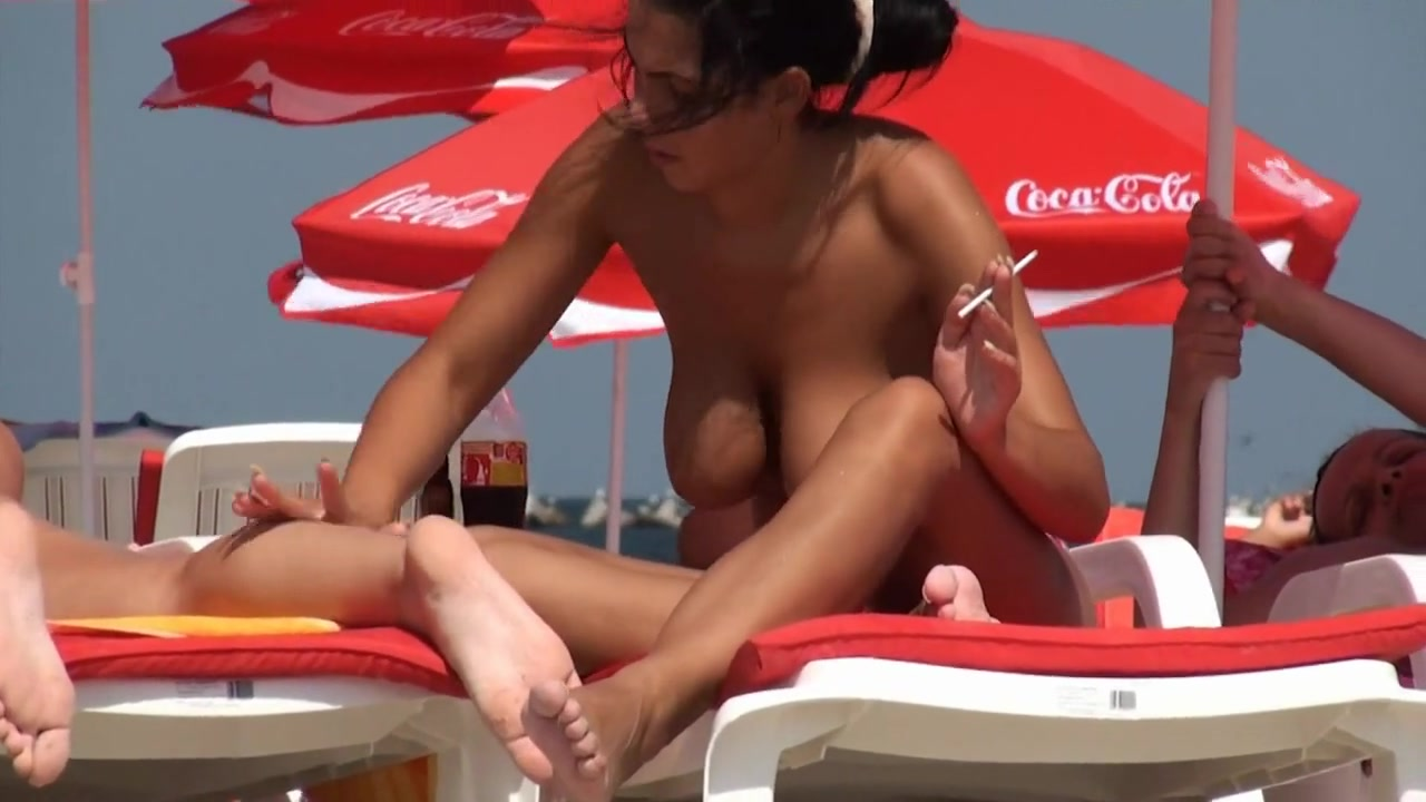 Nude sunbathing spy fingers inside