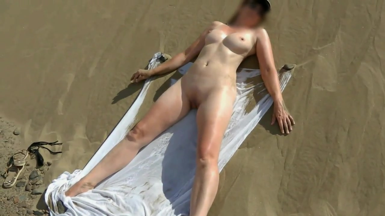 Wife nude sun bathe with friends over video