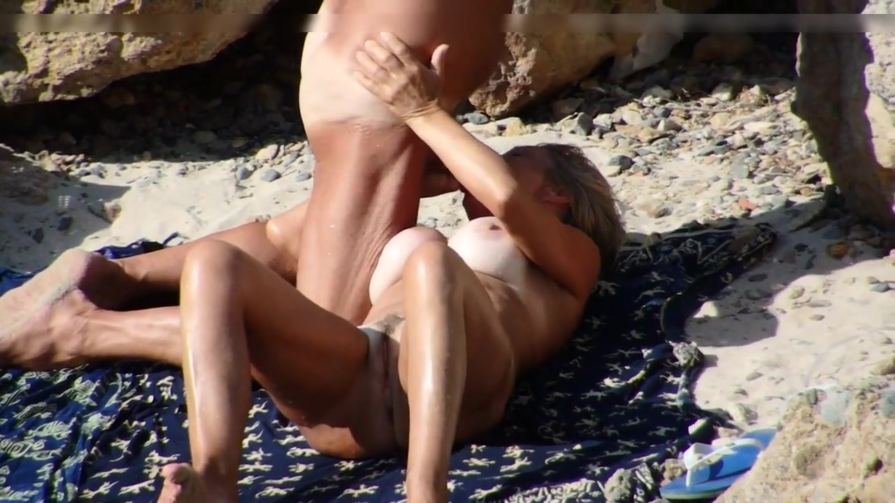 Beach Sexx wife makes oral sex to friend at the beach